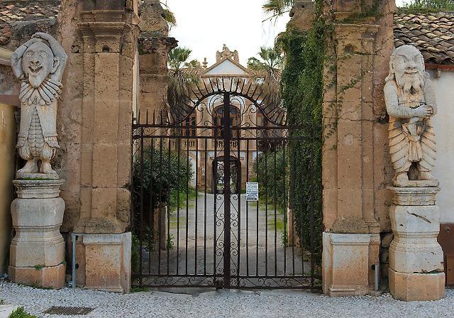 """I Pupi """"sentinelle"""" dell'entrata di Villa Palagonia su Piazza Garibaldi - Bagheria"""