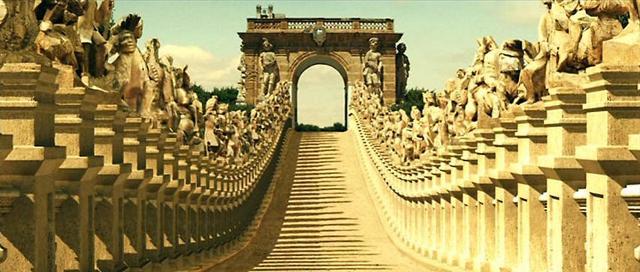 """Il lungo viale di Villa Palagonia con in fondo l'Arco del Padreterno - Ricostruzione per il film """"Baaria"""" di Giuseppe Tornatore"""