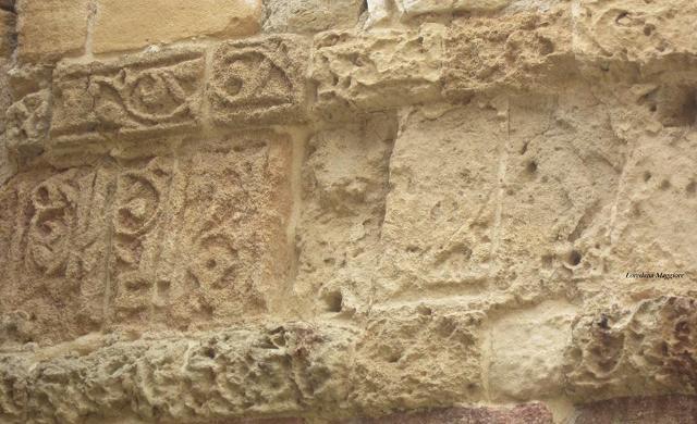 Particolare decorativo nelle mura delle terme di Cefalà Diana