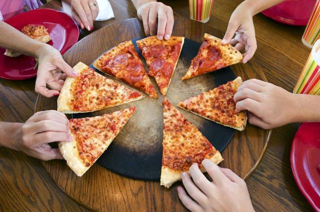 La pizza, fra i più conosciuti ed invidiati piatti della cucina italiana, mette d'accordo tutti e favorisce la condivisione