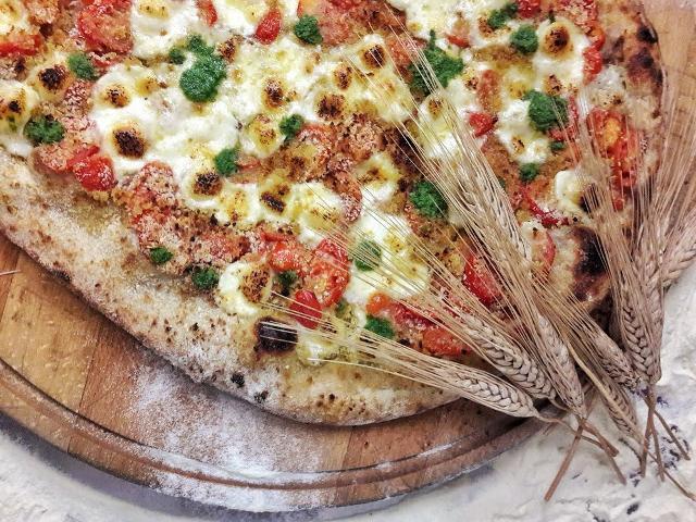 """Una rivisitazione della tradizionale """"pizza contadina siciliana"""", con l'impasto preparato con farine di grani antichi siciliani"""