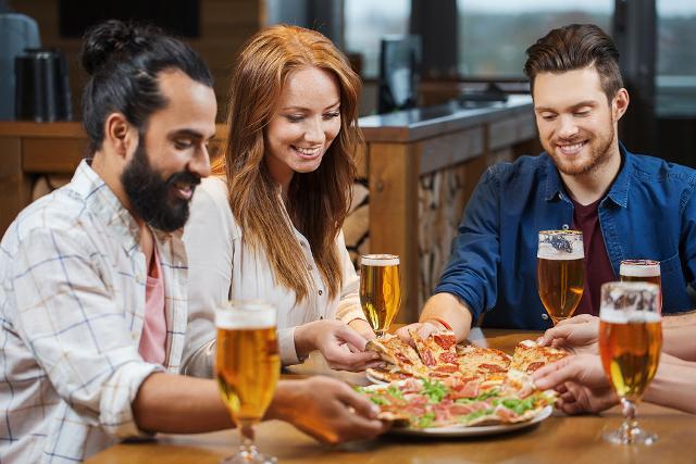 """I migliori """"compagni"""" con i quali mangiare la pizza? Colleghi ed amici, poi famiglia e partner..."""