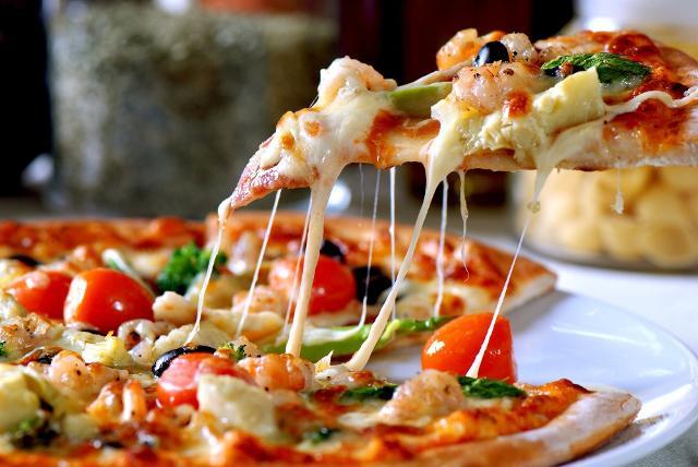Una grande fetta di italiani adorano le pizze con una grande quantità di ingredienti...