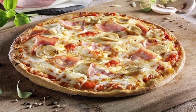 La pizza al prosciutto e funghi è una delle più amate dagli italiani
