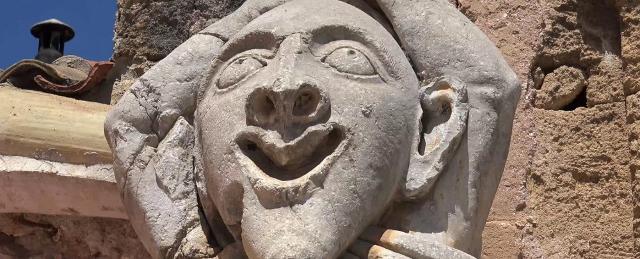 Il testone di uno dei due Pupi a guardia di Villa Palagonia - Bagheria