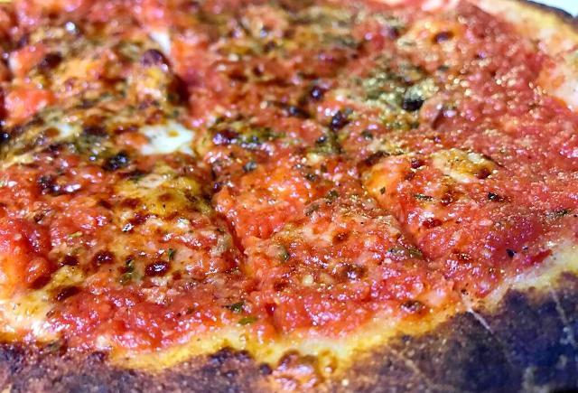 """La """"rianata"""" (origanata) di Trapani. Una pizza tipica del trapanese che prende il nome dalla grande quantità di origano con cui si condisce. Altri ingredienti sono: l'aglio rosso di Nubia, il pomodoro pizzutello, le acciughe e il pecorino"""