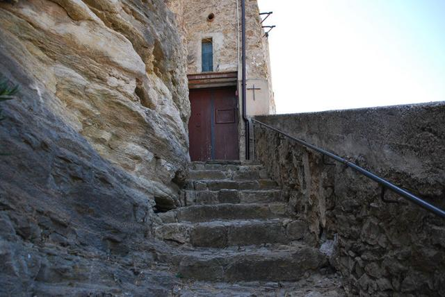La strada di accesso all'abitato di Campofiorito, in parte intagliato nella roccia - ph Comunde di Campofiorito