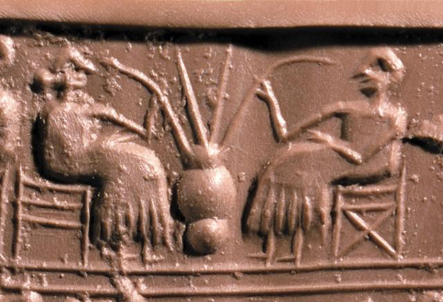 Sigillo cilindrico babilonese di Ur (verso il 2600 a.C.) che mostra due persone che bevono birra da una giara usando delle cannucce.