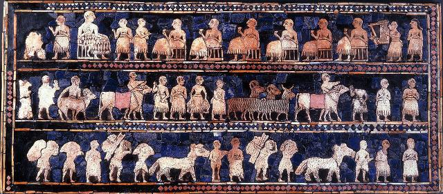 """La faccia detta """"della pace"""" dello Stendardo sumero di Ur, rappresenta un banchetto e una processione alla presenza del re. Nel registro superiore il re, raffigurato di dimensioni maggiori, siede di fronte a altri sei commensali seduti, attorniato da cortigiani, danzatori, un coppiere e un arpista. Nei registri inferiori è raffigurata una processione di cortigiani e contadini, commercianti e artigiani che portano animali, doni, vivande e birra..."""