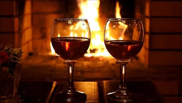 """Alla fine di una lunga giornata di lavoro, bere un bicchiere di vino davanti al camino, insieme alla persona amata, è una delle """"cure"""" più salutari che si possa adottare..."""