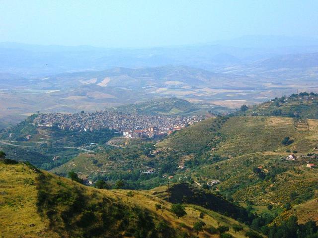 Valguarnera Caropepe vista dal Monte Rossomanno
