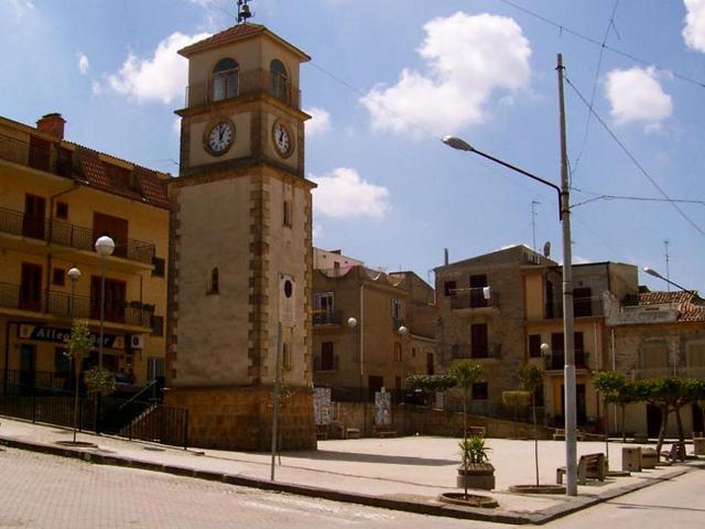 La Torre civica con l'orologio di Villapriolo - ph www.typicalsicily.it