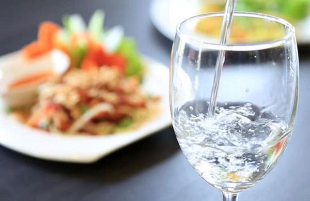 Bere acqua durante i pasti migliora la consistenza degli alimenti ingeriti e accelera lo svuotamento dello stomaco...