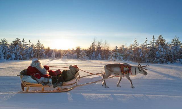 Ma, Babbo Natale esiste davvero, con tanto di villaggio, ufficio postale per le letterine, elfi, slitta con i campanelli e renne. Si trova in Lapponia, in Finlandia...