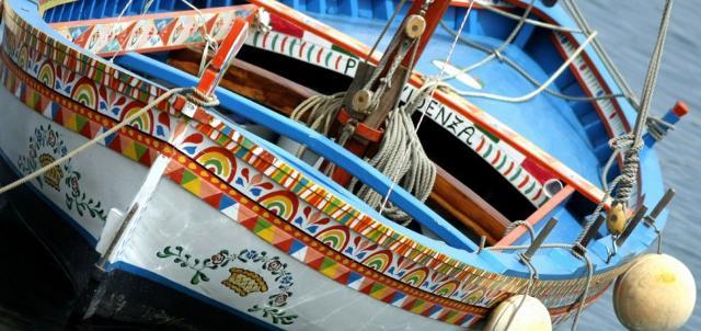 I colori e le decorazioni delle barche siciliane sulle tavole natalizie...