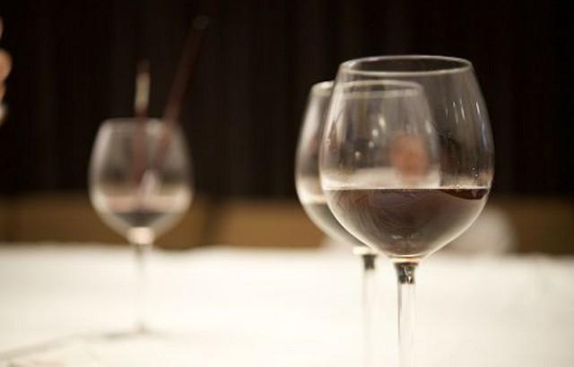 Una corretta idratazione rappresenta un valido aiuto per disintossicare il nostro organismo dagli eccessi alimentari natalizi