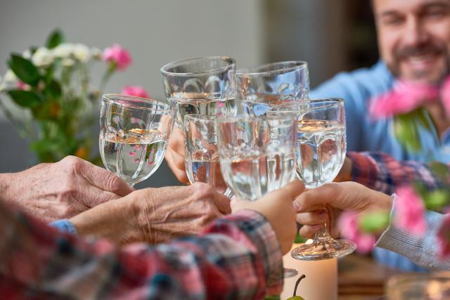 Preparati alle vacanze natalizie: inizia a brindare, ma con l'acqua!