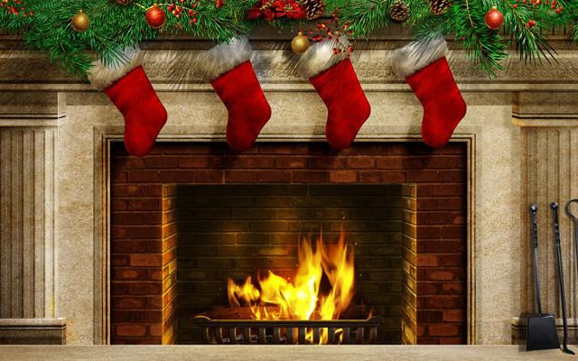 Le calze appese sopra il focolare domestico attendono i doni della Befana...