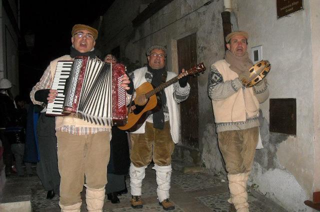 Durante il periodo natalizio a Sutera, un gruppo di suonatori e cantori ricrea l'atmosfera natalizia dei tempi che furono