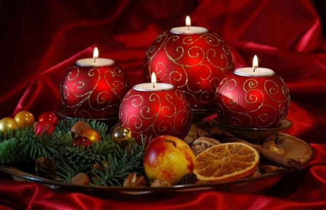 Anche le candele, fiamme danzanti in tavola, non possono mancare...