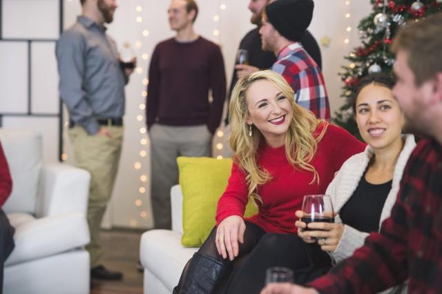 Le feste natalizie in ufficio, per 8 lavoratori su 10, sono una piacevole tradizione che permette di trascorrere un momento di relax insieme ai colleghi e magari conoscerli meglio...