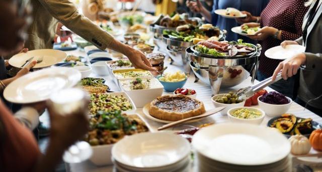 Affinché il party natalizio sia di successo, uno dei consigli fondamentali che gli esperti danno riguarda in cibo: fate ricette veloci a base di torte salate e quiche, facili e da mangiare anche fredde...
