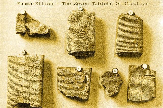 """Le """"Sette Tavole della Creazione"""", l'Enûma Eliš (""""Quando in alto""""), è un poema teogonico e cosmogonico, in lingua accadica, appartenente alla tradizione religiosa babilonese."""