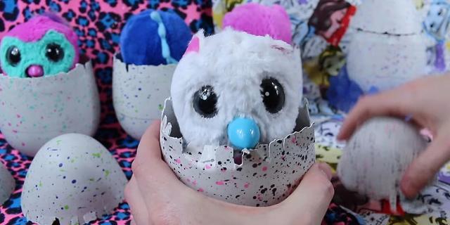 """Gli """"Hatchimals"""" sono animaletti nell'uovo che le bambine adorano curare e coccolare"""