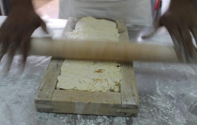 Lavorazione del torrone nel laboratorio dell'antico torronificio Geraci di Caltanissetta