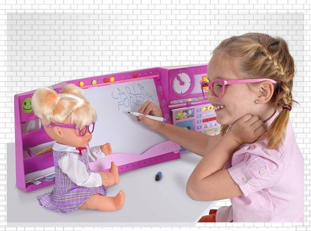 Nenuco Happy School, la bambola che parla 5 lingue e dice oltre 90 frasi