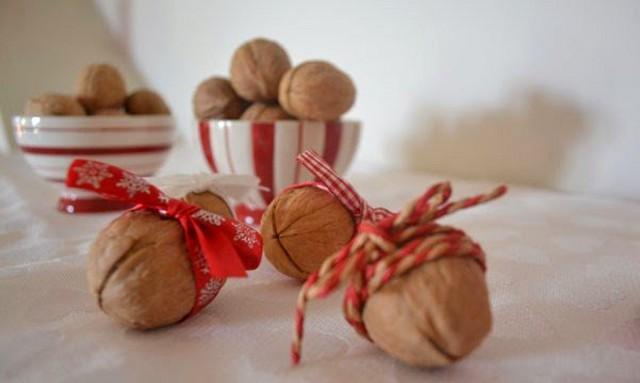 Sul tavolo potreste mettere anche della frutta secca, come pistacchi di Bronte, oppure noci di Motta Camastra...