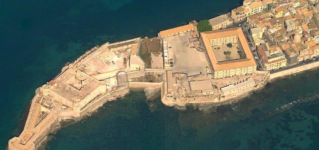 Il Castello Maniace è l'estrema punta dell'Isola di Ortigia