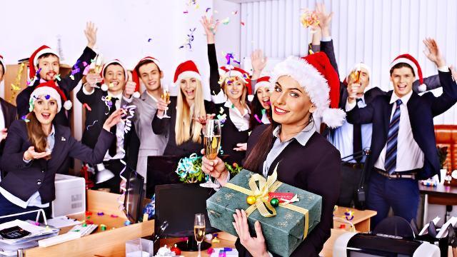 """Per evitare che la festa natalizia in ufficio non riesca bene o, ancor peggio, diventi un disastro, è bene seguire i consigli di un party planner, di qualche esperto di bon ton e di uno chef. In questa maniera si potrà affrontare un """"Office Christmas Party"""" perfetto senza intoppi e benaugurante."""