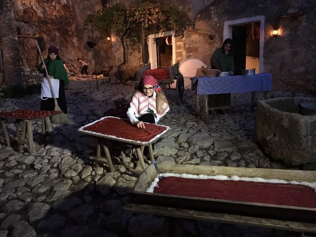 """Nel borgo di Scurati, durante il periodo del Presepe, le donne preparano i fichi secchi e """"u strattu""""..."""