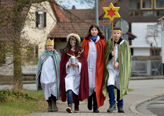 In Austria i bambini si vestono come i Re Magi e vanno di porta in porta, cantando canzoni religiose, in cambio di dolci e cioccolatini...