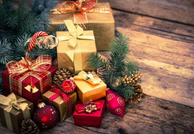 Quello di scambiarsi i doni natalizi è un'usanza antica che custodisce significati che forse non tutti conoscono...