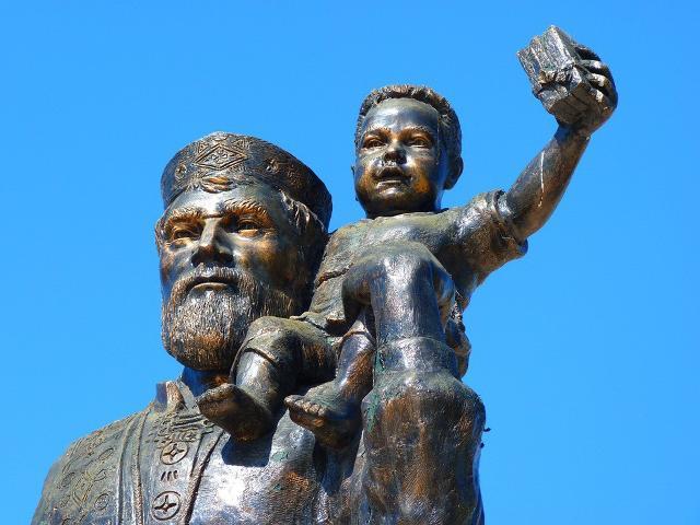Statua di San Nicola di Myra che porta in spalla un bambino