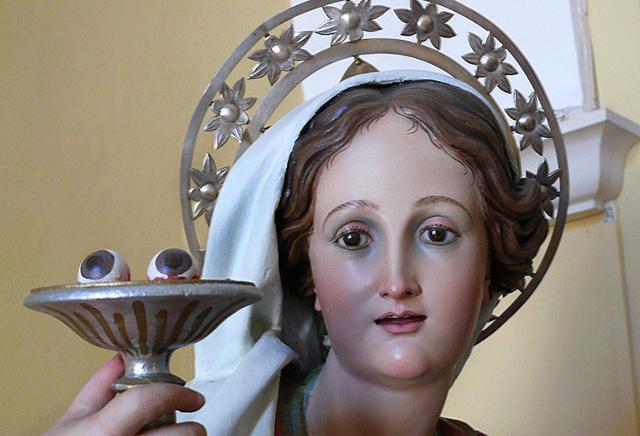 Santa Lucia che porta i suoi occhi in un vassoio...