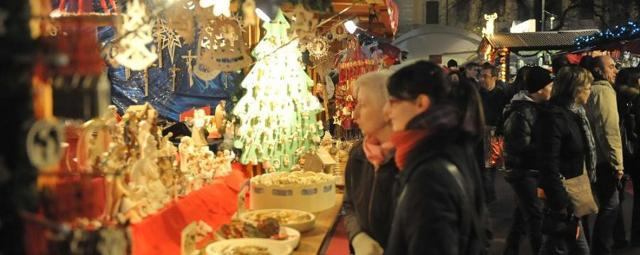Tra gli italiani riscuote molto successo fare shopping festivo nei mercatini di Natale