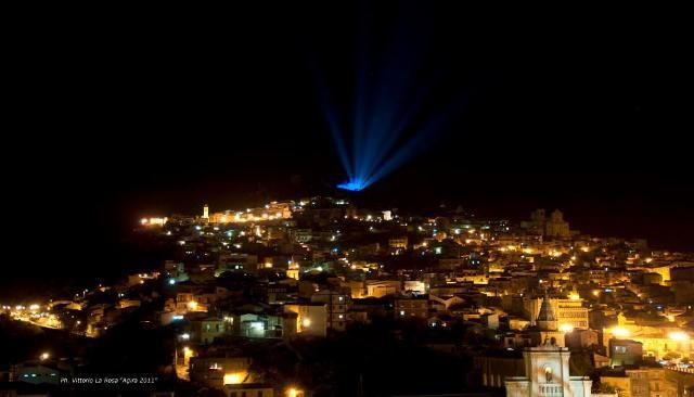 La stella cometa sulla la capanna della natività ai piedi del castello - ph Vittorio La Rosa, www.agira.org