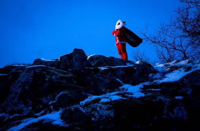 Sempre la teoria della relatività, che rallenta lo scorrere del tempo sugli orologi, spiega perchè Babbo Natale non sembra invecchiare mai.