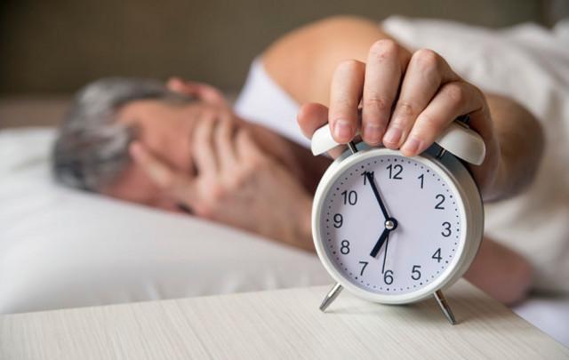 Gli adulti che dormono solo 6 ore a notte - rispetto alle 8 ore consigliate - potrebbero avere una possibilità maggiore di essere disidratati...