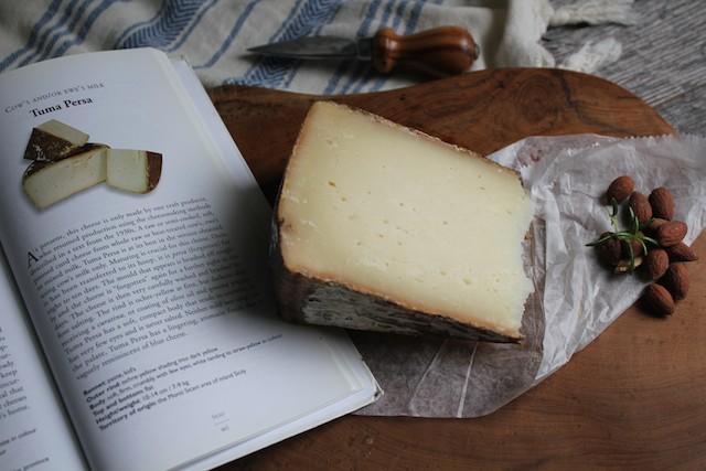 La Tuma persa è un formaggio siciliano antichissimo che oggi produce soltanto il Caseificio Passalacqua di Castronovo di Sicilia
