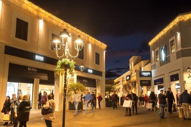 I vicoli illuminati a festa del Sicilia Outlet Village