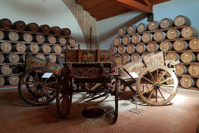 La collezione dei cinque carretti siciliani ottocenteschi delle Cantine Pellegrino di Marsala