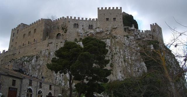 Il castello di Caccamo visto da nordovest (dalla Strada Statale 285) - ph Pequod76