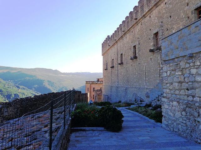 Le mura del castello di Montalbano Elicona