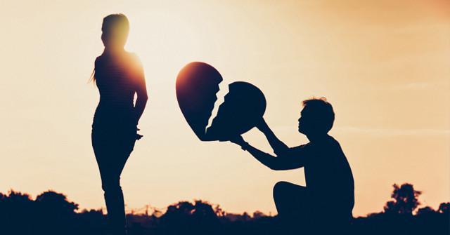 """Lui ha atteso con trepidazione l'arrivo di lei all'aeroporto Fontanarossa con un grosso pallone volante a forma di cuore con la scritta """"Mi vuoi sposare""""..."""