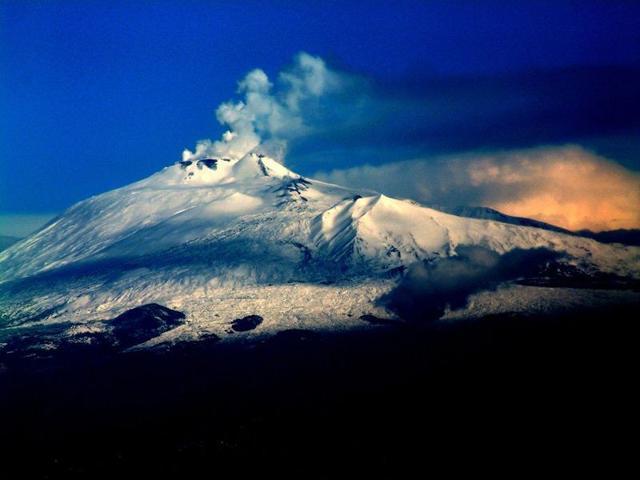L'Etna, fumante e innevato, in una foto di Josep Renalias