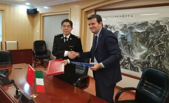 Firma dell'accordo italo-cinese con il ministro Gian Marco Centinaio, diffusa da Pechino il 23 gennaio scorso